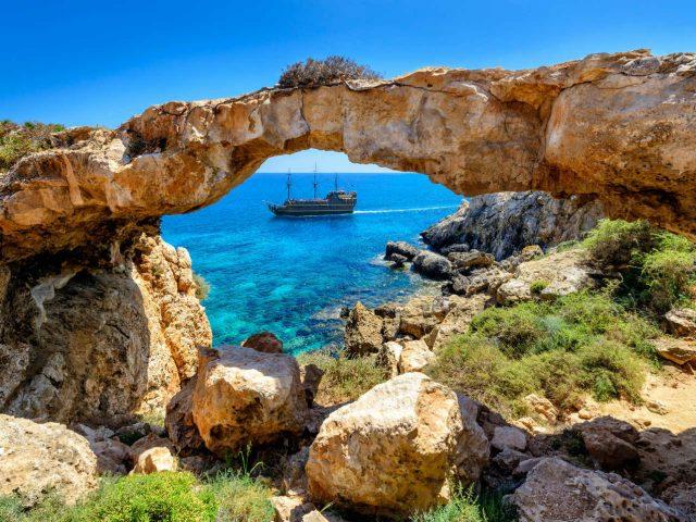 Cipru va plati vacanta turistilor testati pozitiv la Covid-19