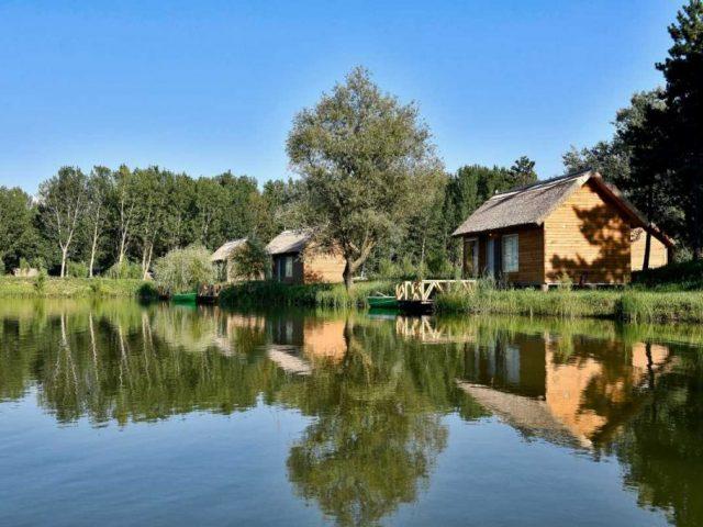 Resort in Delta Siretului, ofera spre cazare, case plutitoare sau bunagalou in mijlocul naturii