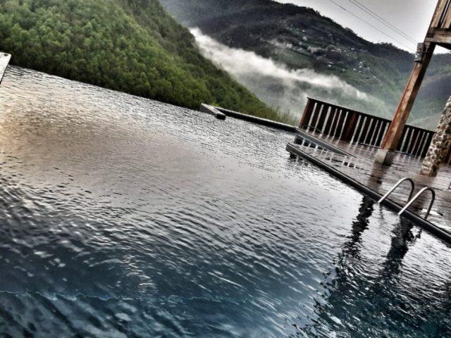 Cabana superba cu infinity pool din judetul Cluj, la un pret accesibil in mijlocul verii.