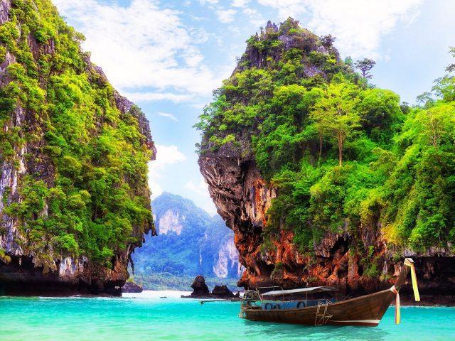 Potrivit Reuters, Thailanda va deschide baruri, iar unii turisti straini vor avea acces.
